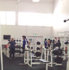 スポーツジムと思いきやこれが授業風景です。鏡に移る自分の筋肉をチェックしながらトレーニングします。